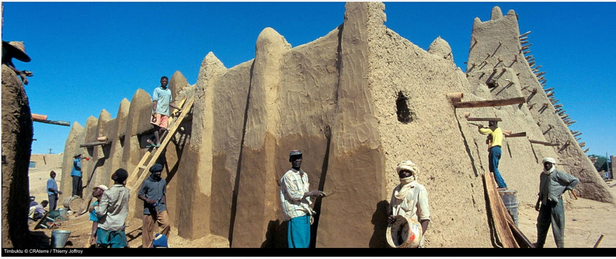 Workers restoring Timbuktu after destruction by Islamist terrorists